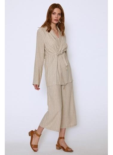 Quzu Çizgili Beli Bağlamalı Uzun Ceket Bej